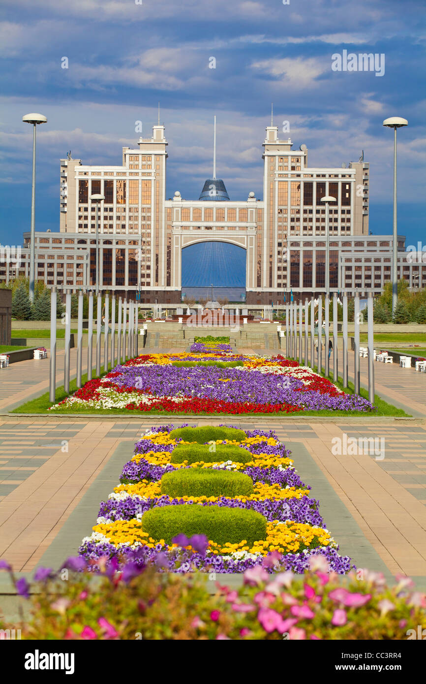 Kazakhstan, Astana, Nurzhol Bulvar - KazMunaiGas building home to the Oil and Gas Ministry, to the right is the Stock Photo