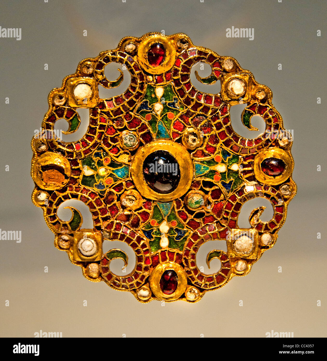Fibula Dutch brooch Dorestad Wijk bij Duurstede Netherlands gold red gemstone pearls 800 AC Burgundian workshop - Stock Image