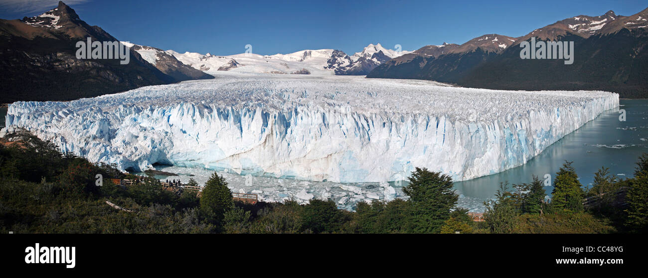 Tourists looking over the Perito Moreno glacier in the Los Glaciares National Park, Patagonia, Argentina - Stock Image