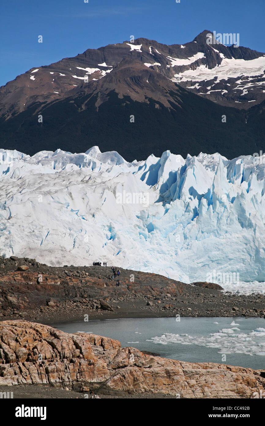 Tourists looking over the Perito Moreno glacier in the Los Glaciares National Park, Patagonia, Argentina - Stock Image