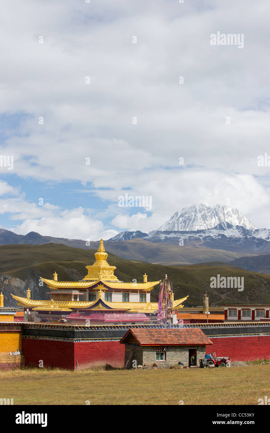 temple with yala snow mountain - Stock Image
