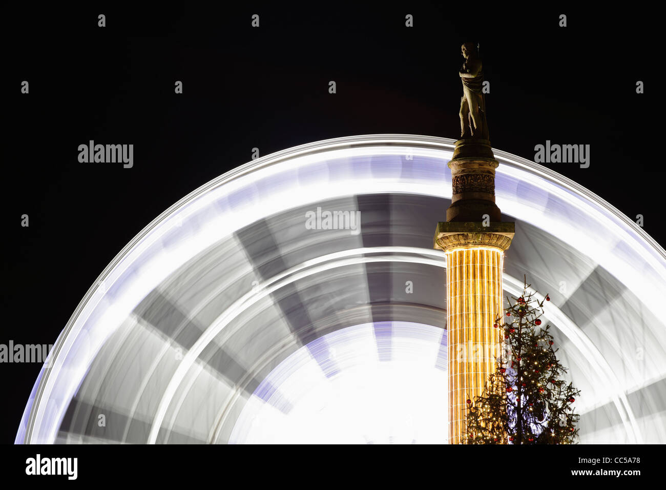 The temporary Christmas Observation Wheel rotating beside the statue of Sir Walter Scott, George Square, Glasgow, - Stock Image