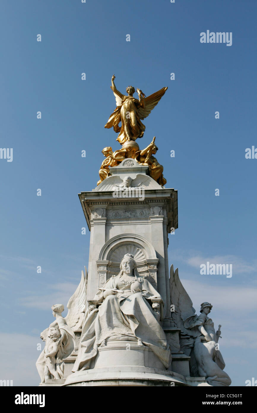 The Queen Victoria Memorial fronting the Buckingham Palace in London - Stock Image