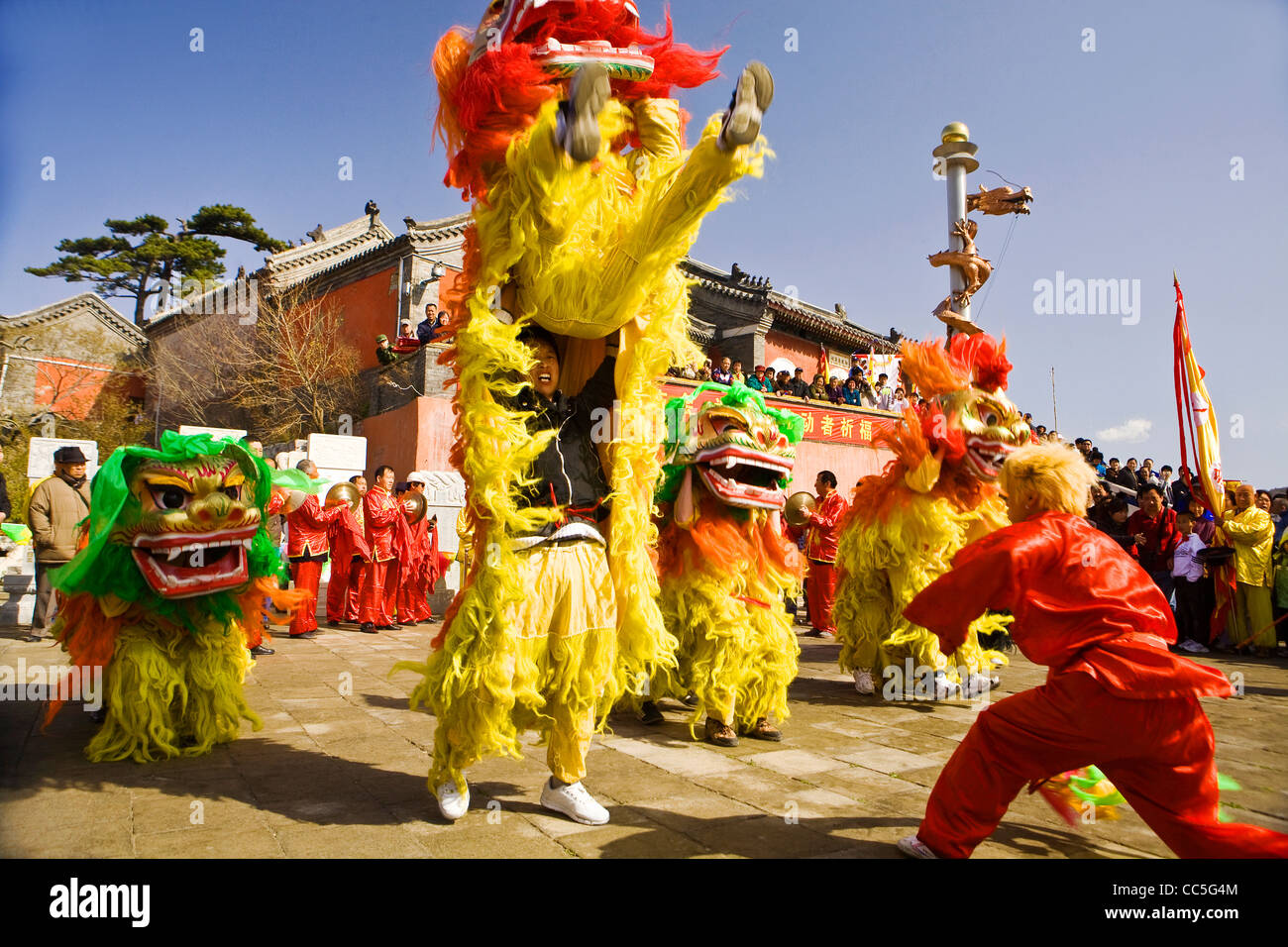 People performing lion dance during temple fair, Miaofeng Mountain, Beijing, China - Stock Image
