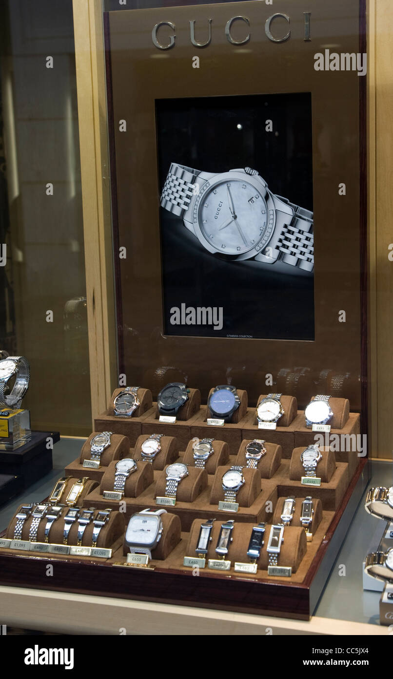 f13ab266d90 Gucci watch display shop window · geogphotos   Alamy Stock Photo