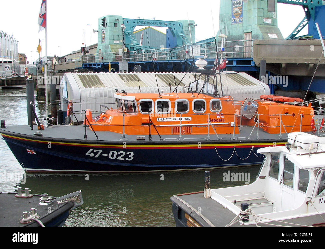 """Tyne class lifeboat """"City of Sheffield"""" in Poole Harbour, Dorset, England. This class is being slowly replaced (2006) - Stock Image"""