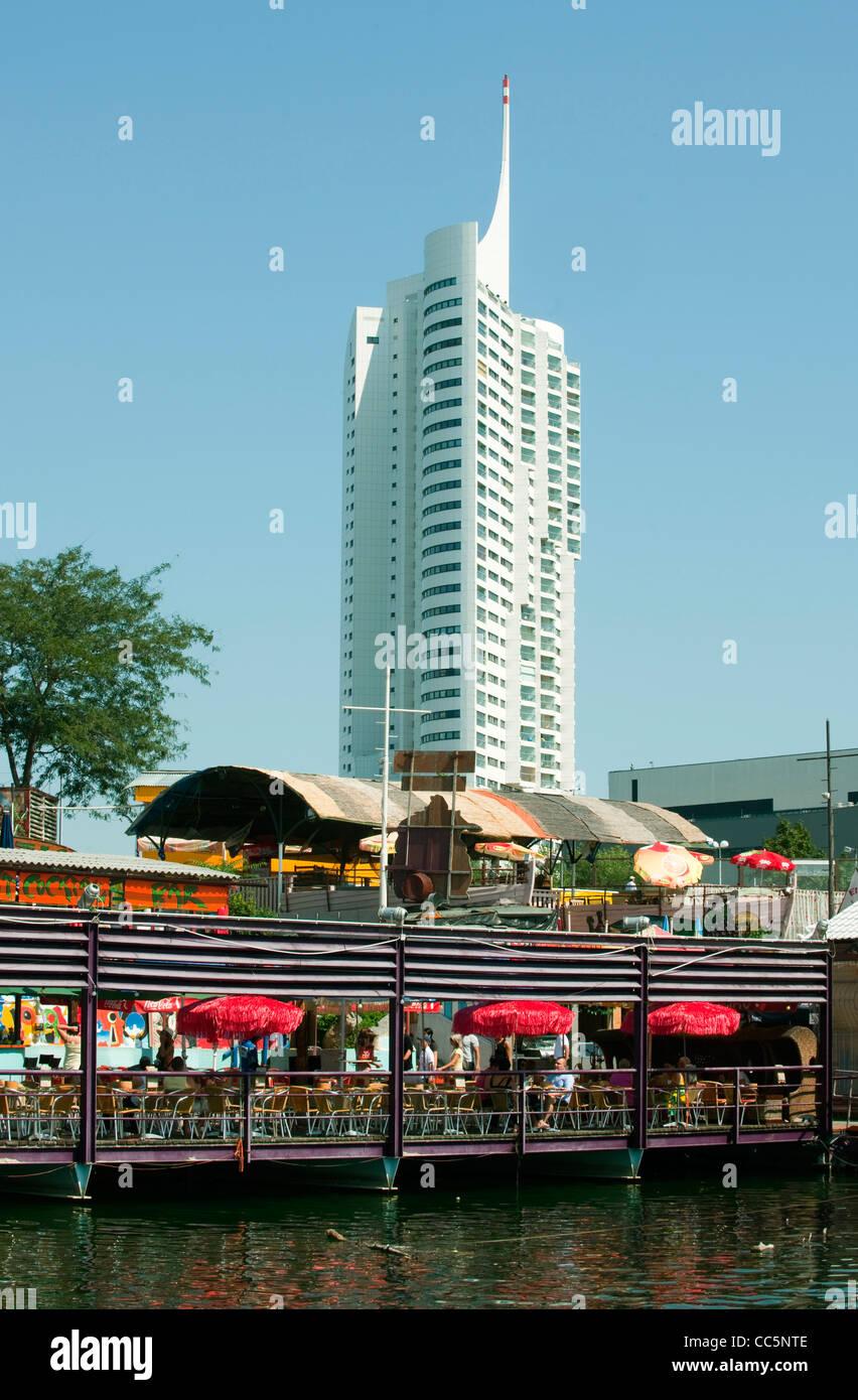Österreich, Wien 22, Blick über die Donau und Copa Kagrana auf das Hochhaus Neue Donau - Stock Image