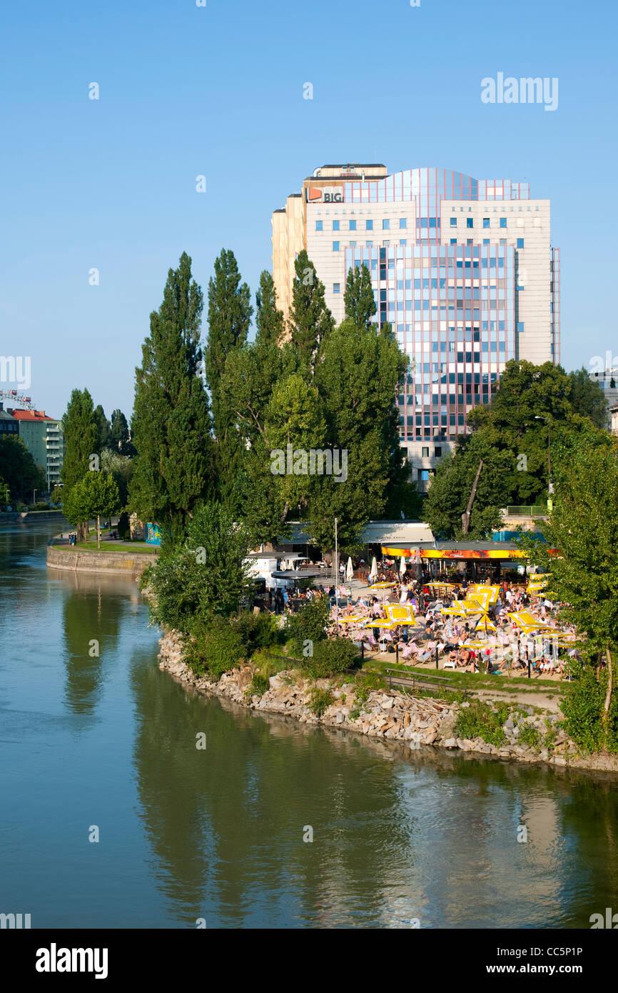 Österreich, Wien I, Donakanal mit der Strandbar Herrmann im Herrmannpark bei der Urania, im Hintergrund der - Stock Image