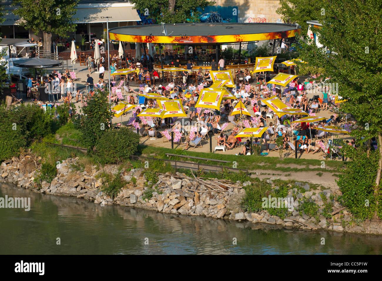 Österreich, Wien I, Donakanal mit der Strandbar Herrmann im Herrmannpark bei der Urania - Stock Image