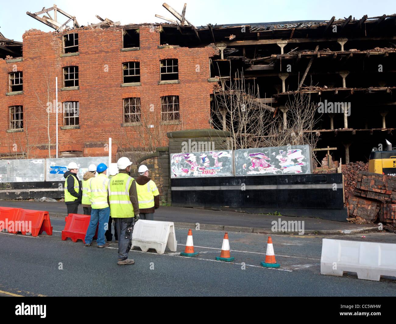 The Old Railway warehouse being demolished, Oldham, Lancashire, England, UK. - Stock Image