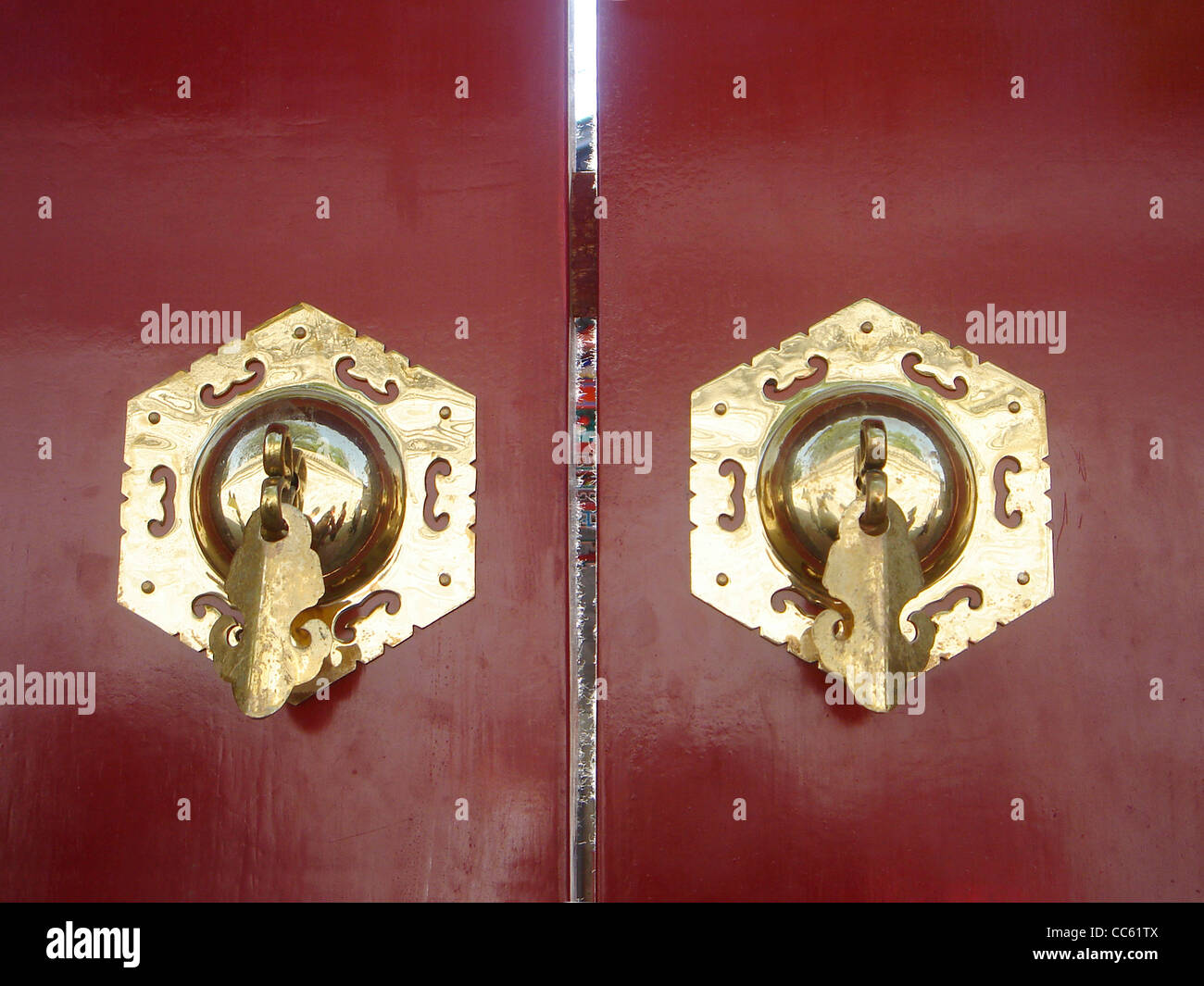 Red door with gilded handle, Prince Kong's Mansion, Beijing, China - Stock Image