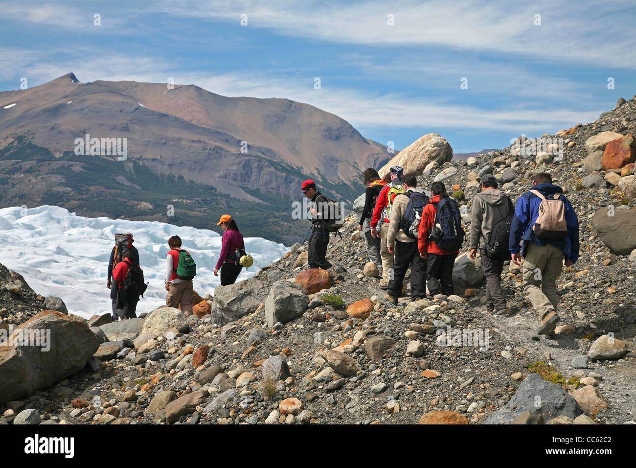 Tourists hiking to the Perito Moreno glacier in the Los Glaciares National Park, Patagonia, Argentina - Stock Image