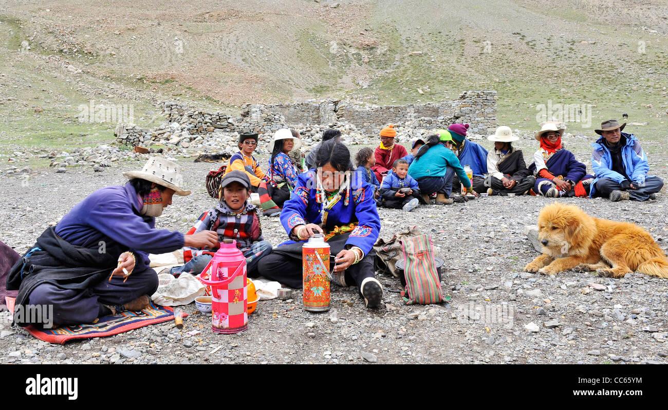 Tibetan people resting together, Ngari, Tibet, China - Stock Image