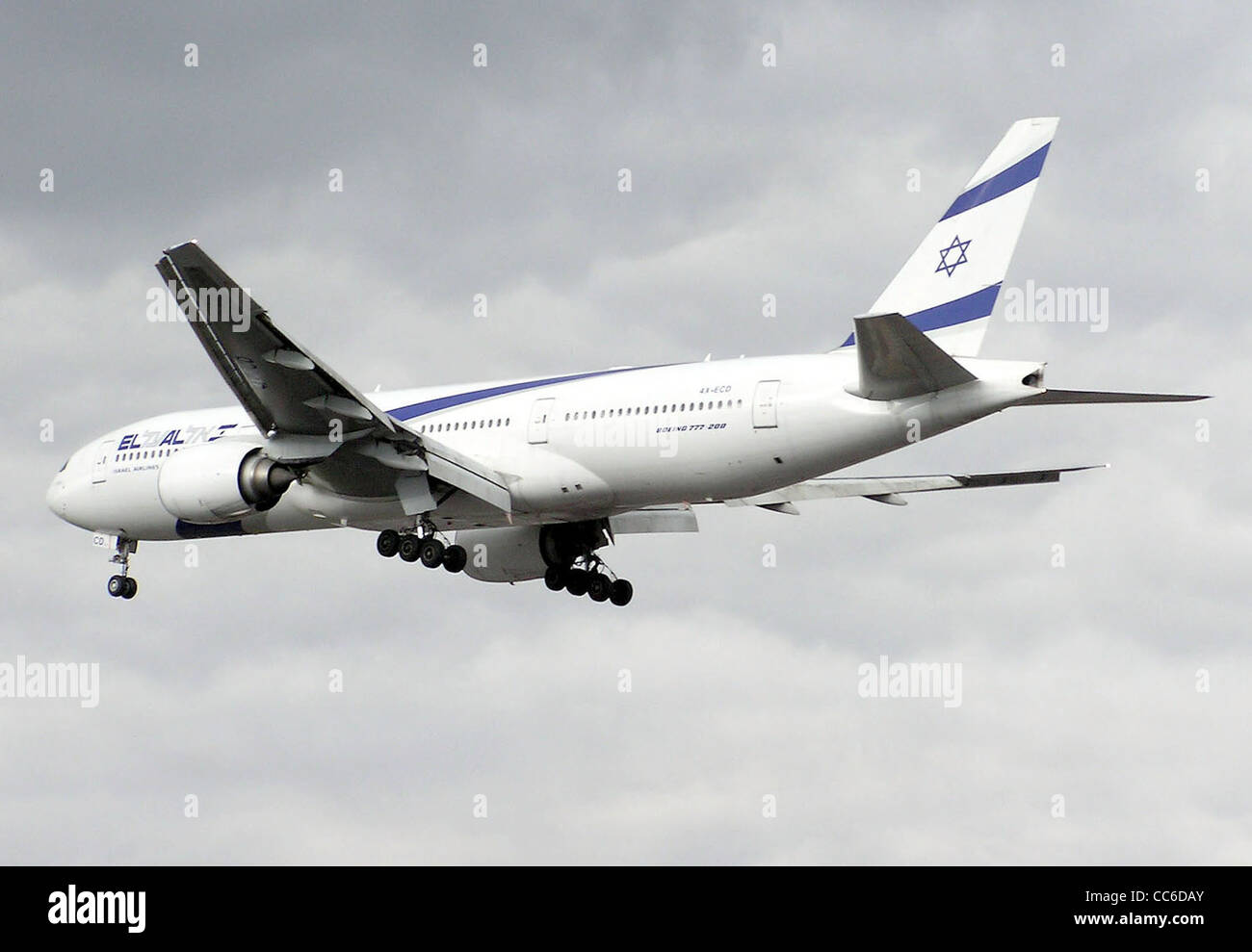 El Al Boeing 777-200 (4X-ECD) landing at Heathrow Airport, London. - Stock Image