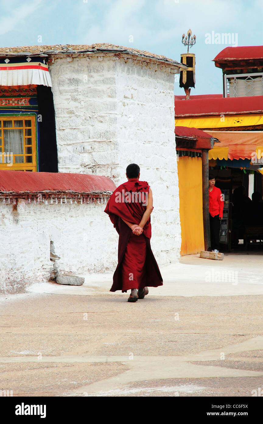 Back view of a monk walking in the Jokhang Monastery, Lhasa, Tibet, China - Stock Image
