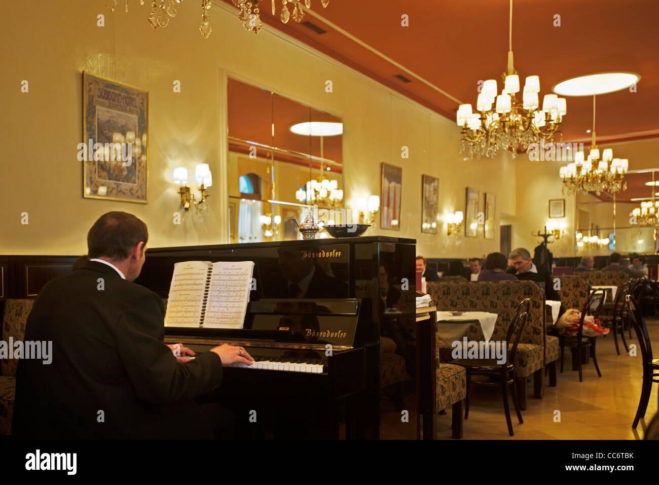 Österrreich, Wien 9, Währinger Straße 68, Cafe Weimar. Das Haus wurde 1880 von Hellmer & Fellner errichtet Stock Photo