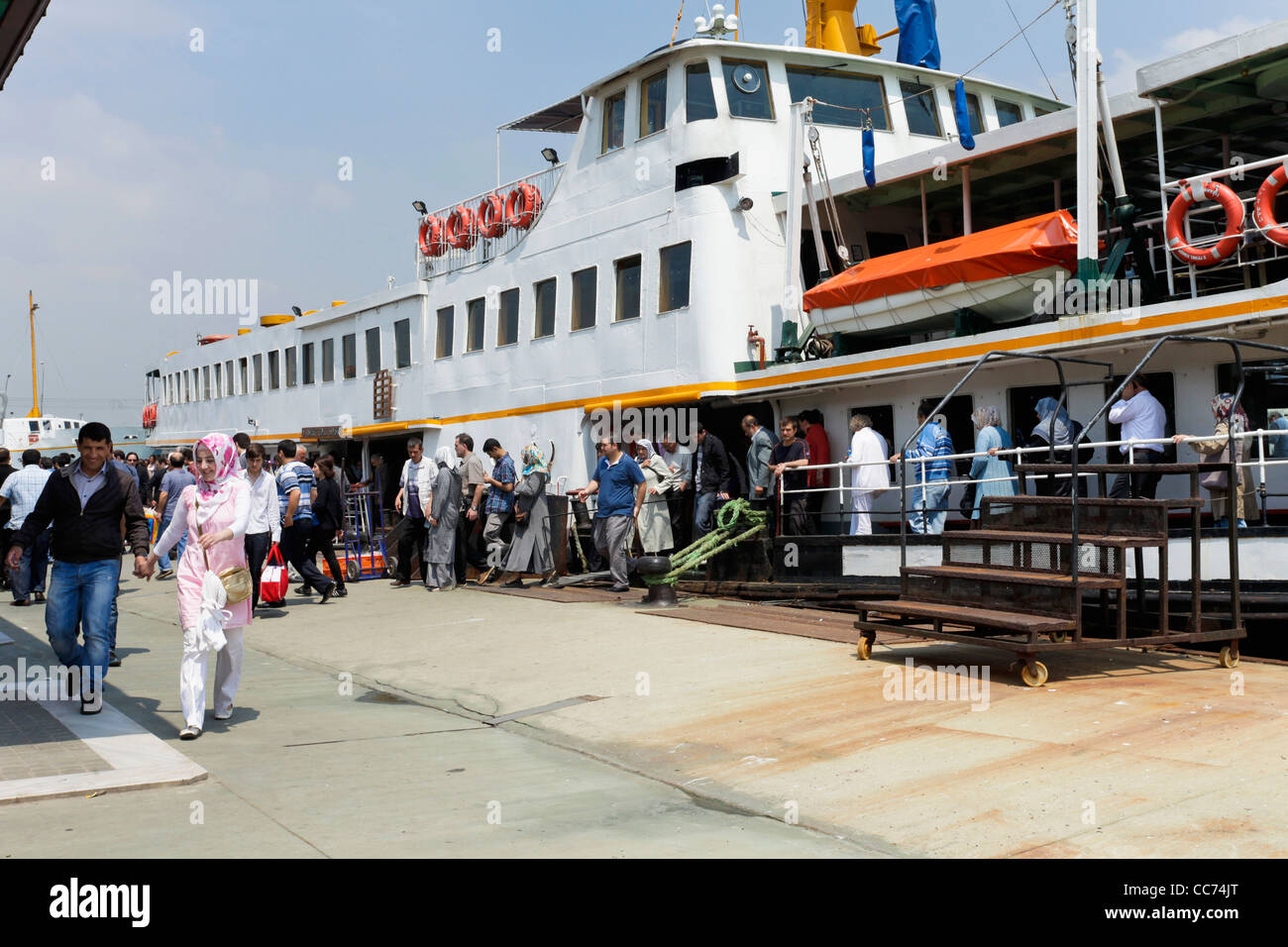 Istanbul, Turkey. Commuters disembark from ferry boat. - Stock Image