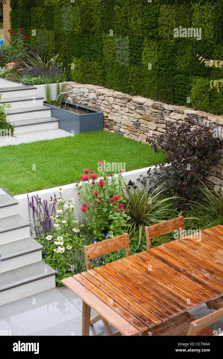 Contemporary sunken garden. - Stock Image
