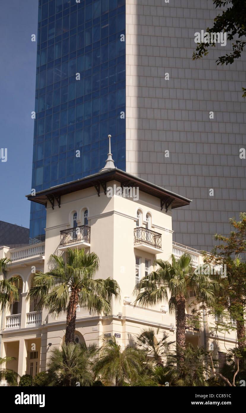 architecture old new contrast on Tel Aviv 's Rothschild Boulevard Israel - Stock Image