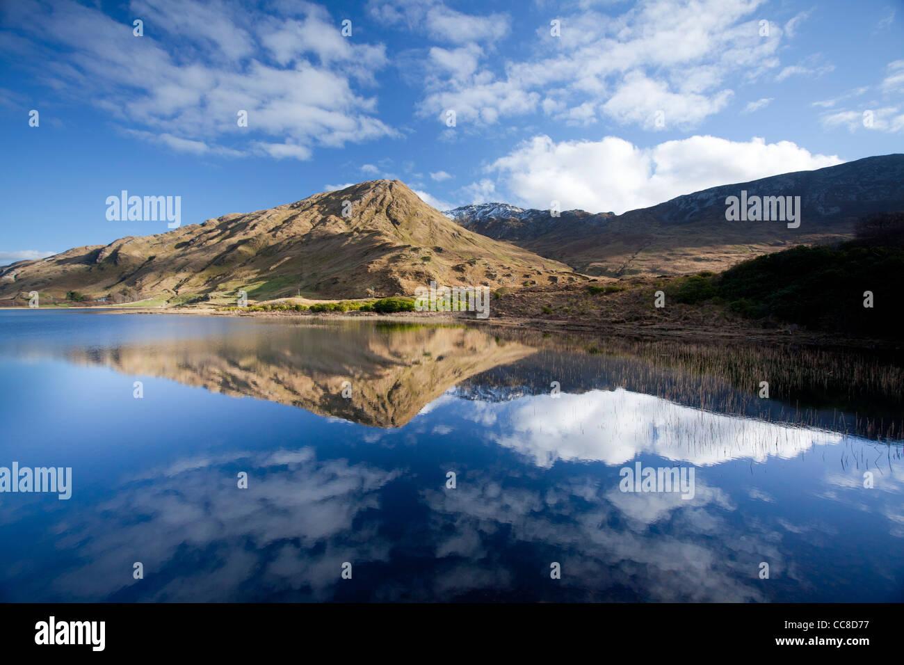 Reflection of Benbaun Mountain in Kylemore Lough, Connemara, County Galway, Ireland. - Stock Image