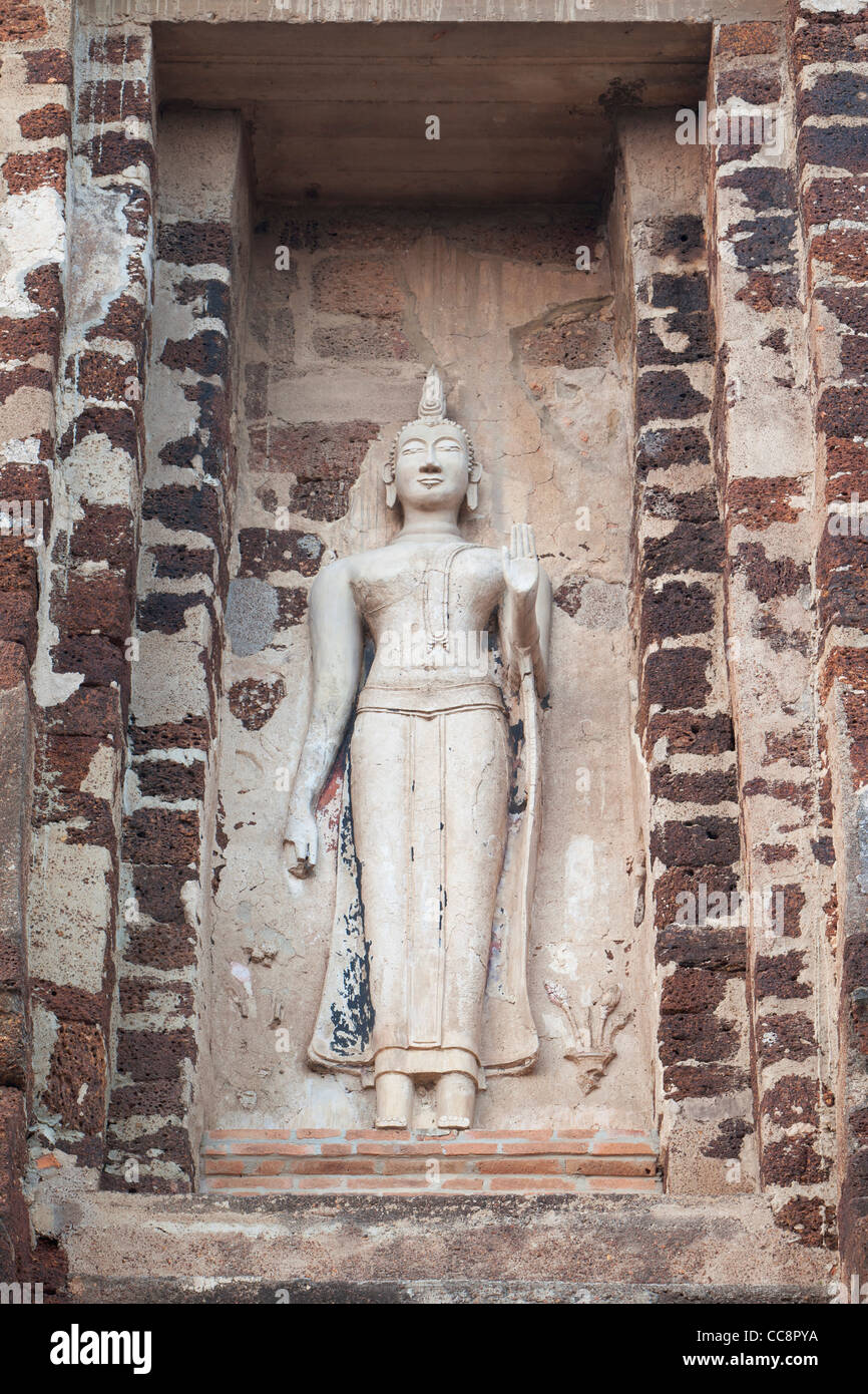 Wat Ratchaburana, Ayuthaya, Thailand.Flanking the base of the Prang are stucco images of Buddha - Stock Image
