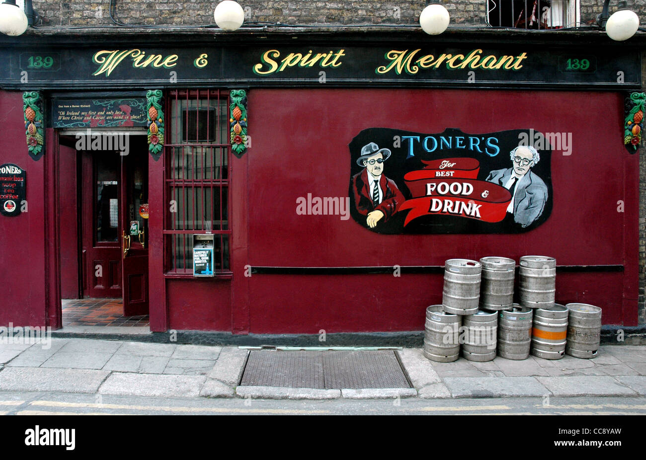 Toners Pub with mural featuring James Joyce and Patrick Kavanagh in Dublin's Merrion Row -Ireland - Stock Image