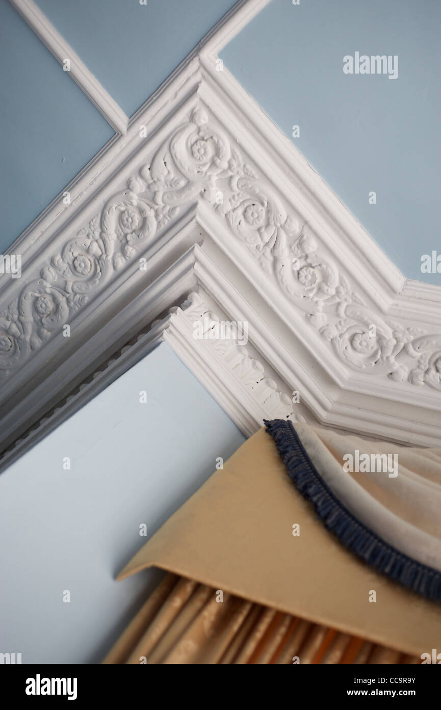 Decorative ceiling corner cornice - Stock Image