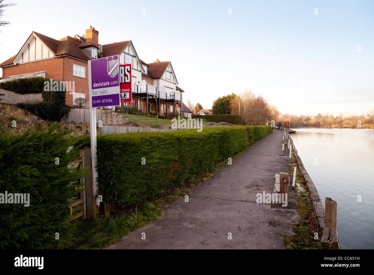 Houses for sale on the River Thames at Moulsford, Oxfordshire - Stock Image