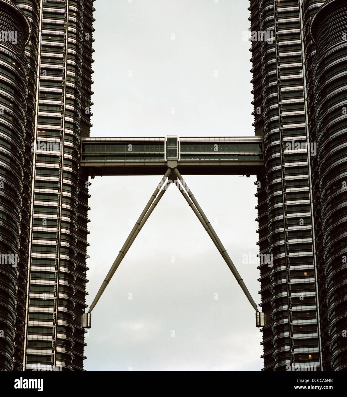 Modern Architecture. The Petronas Twin Towers Skybridge in Kuala Lumpur in Malaysia in Southeast Asia. - Stock Image
