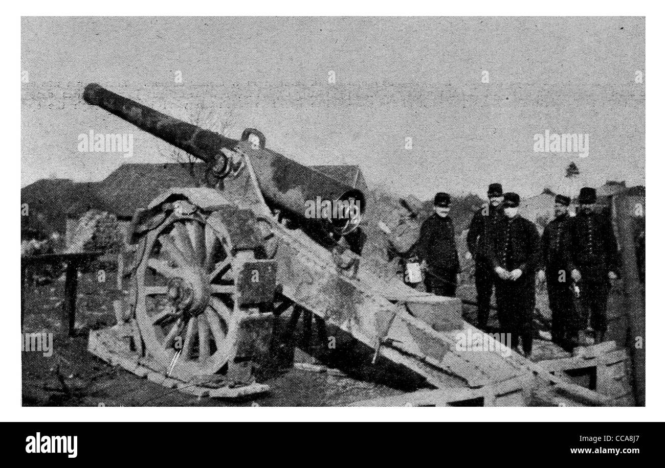 1915 French Gun 155 mm 6 inch howitzer artillery gunner gunners cannon siege weapon front line bombardment bombing - Stock Image