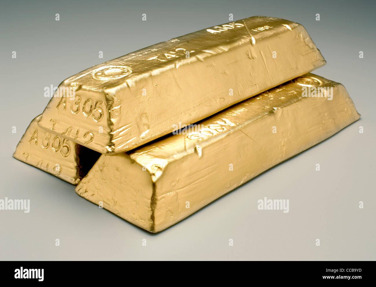 gold bars on grey background - Stock Image