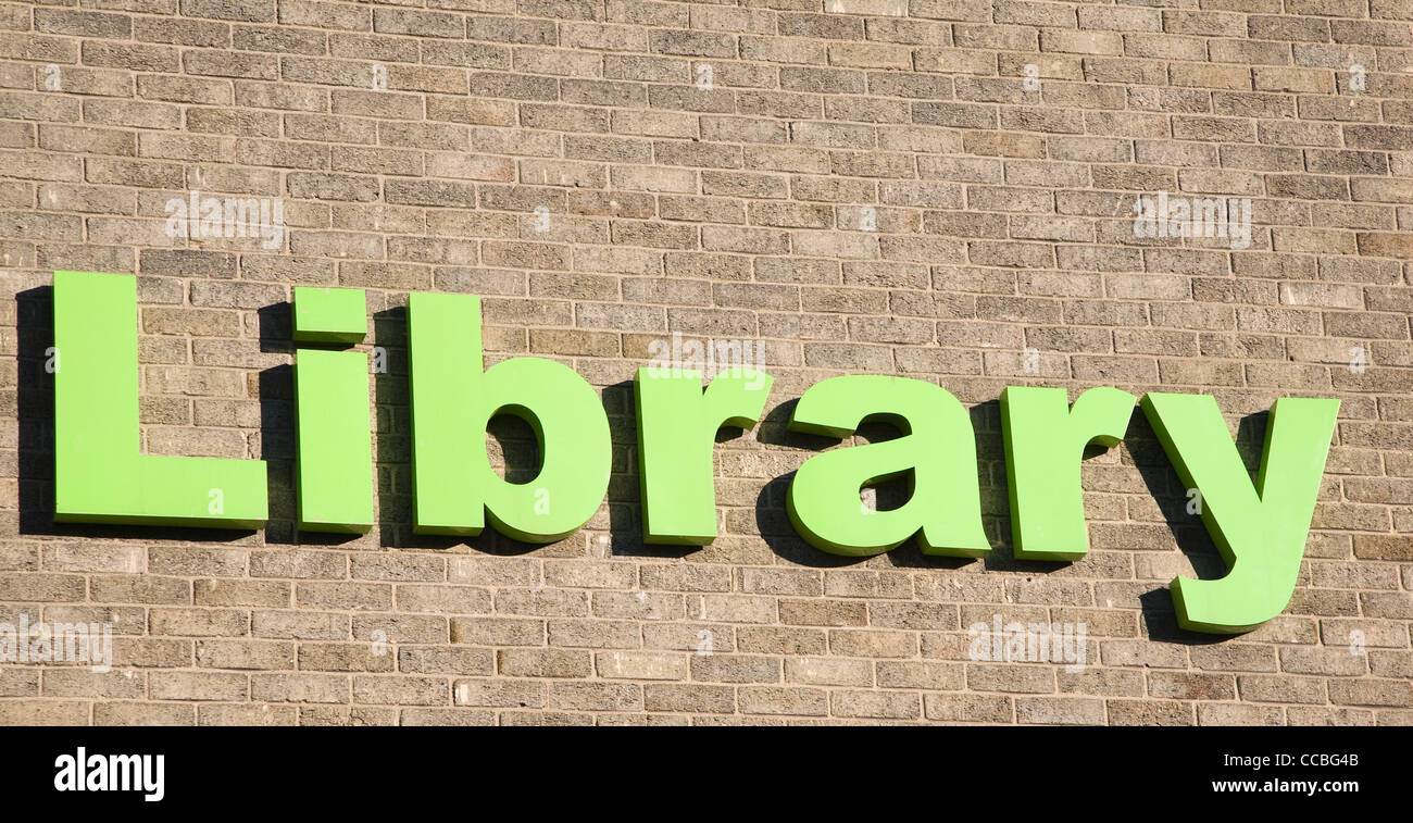 Library sign green letter brick wall - Stock Image