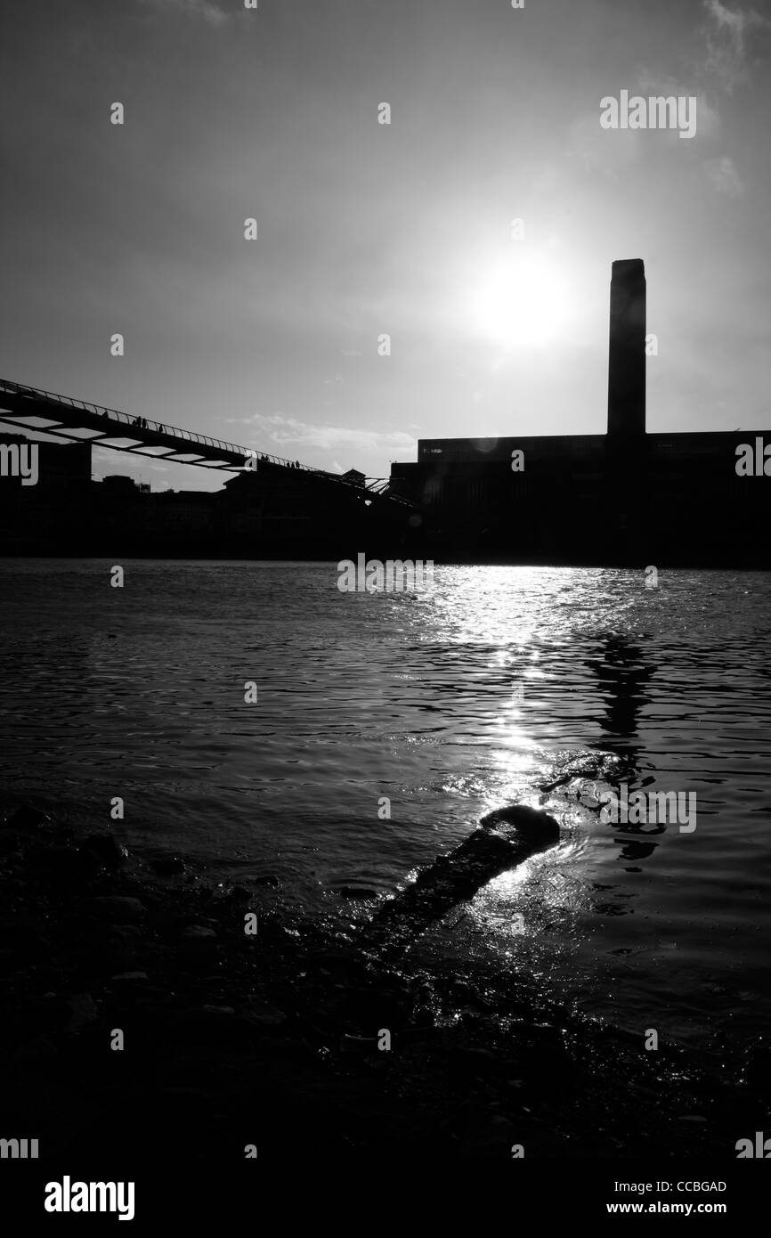 View across the River Thames to the Tate Modern, Bankside, London, UK - Stock Image