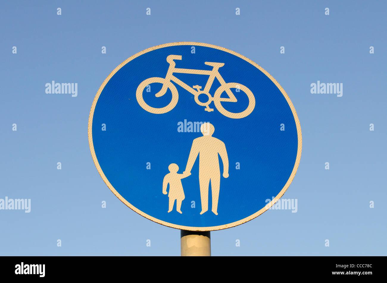 Cycleway and Pedestrian Walkway Sign, Cambridge, England, UK - Stock Image
