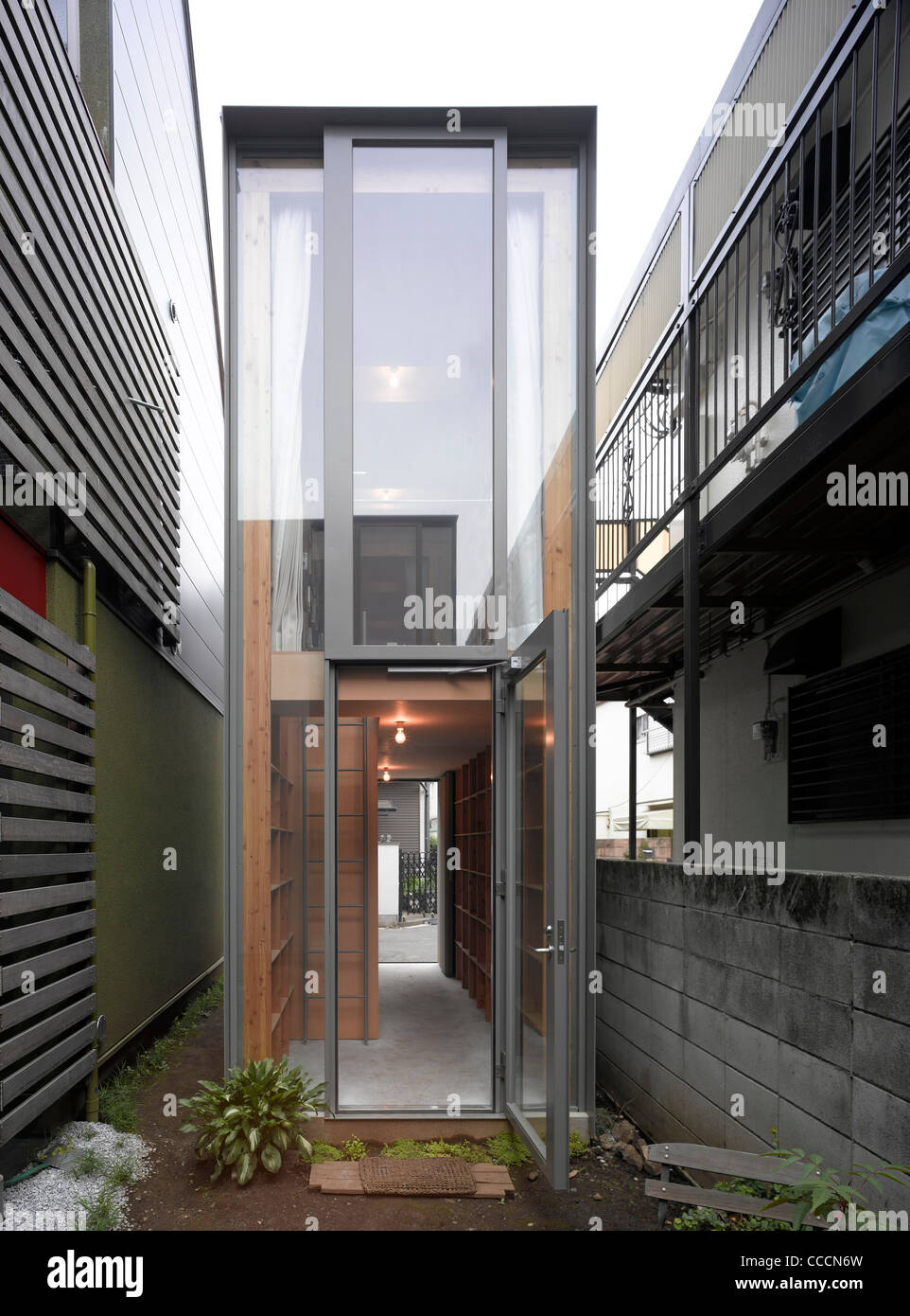 NEAR HOUSE, TOKYO, MOUNT FUJI ARCHITECTS 2010-VIEW FROM COURTYARD - Stock Image