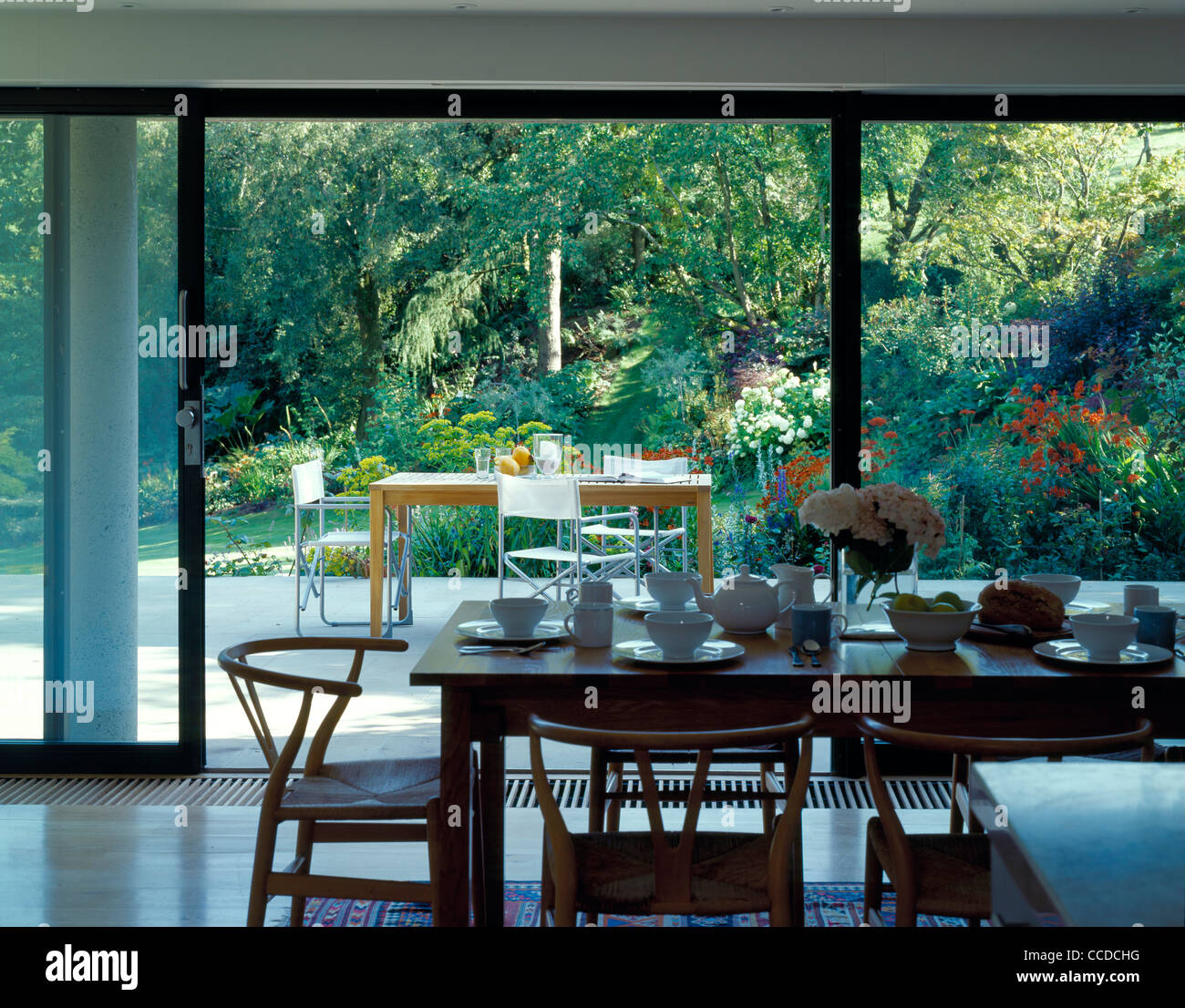 PRIVATE HOUSE KITCHEN DINING TABLE TO GARDEN TERRACE Stock Photo ...