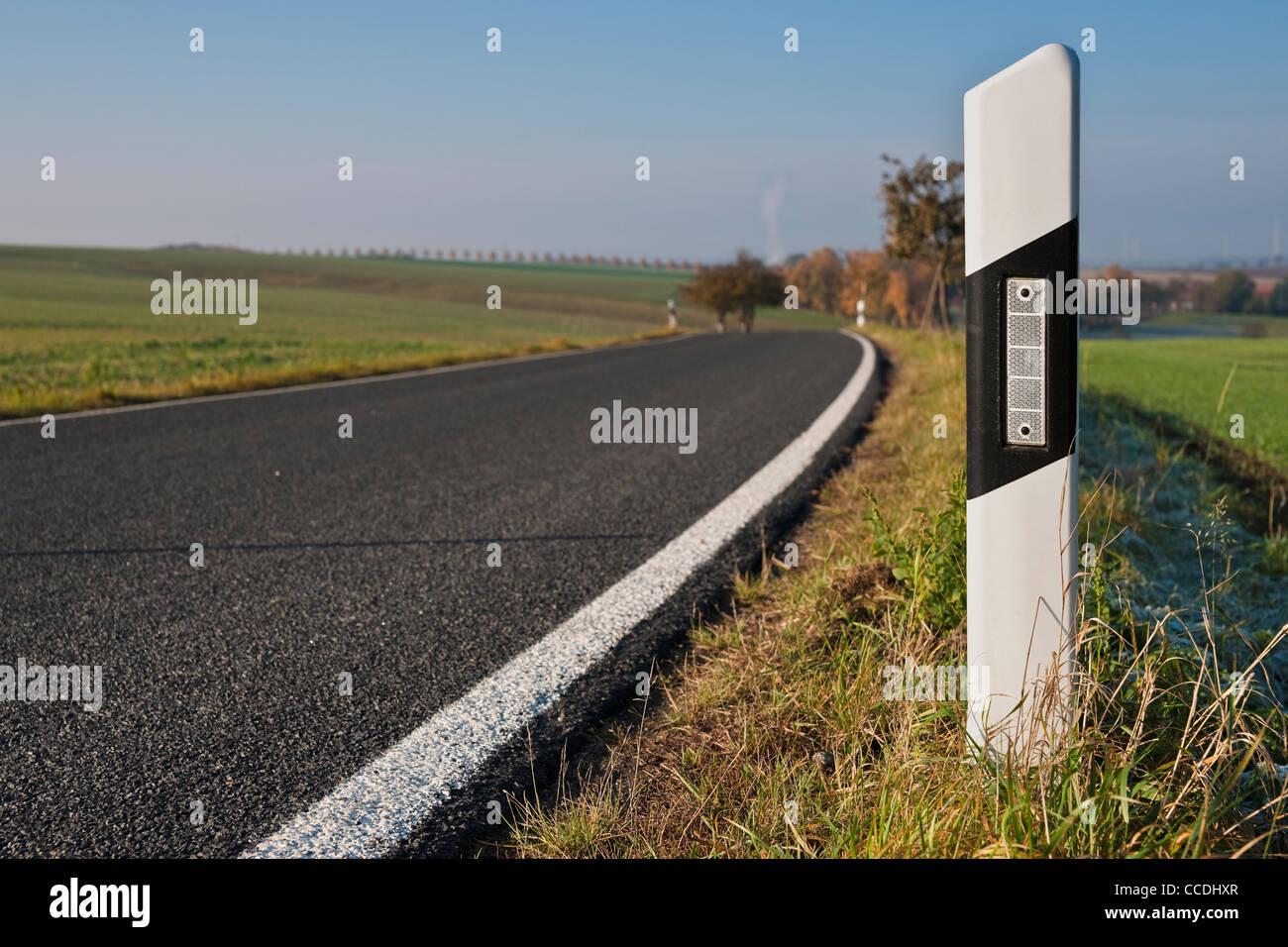 Detailansicht eines Leitpfosten rechts auf einer Landstraße | Detail photo of one reflector post on the right - Stock Image