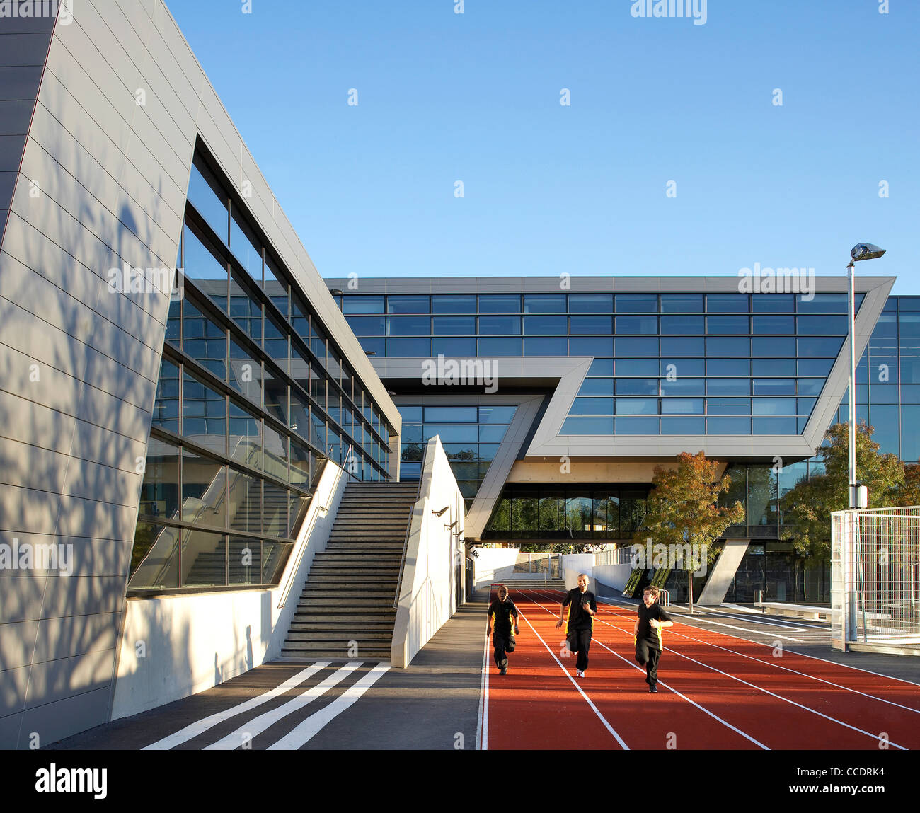 EVELYN GRACE ACADEMY, ZAHA HADID ARCHITECTS, LONDON, 2010, EXTERIOR WITH PUPILS RUNNING ON TRACK Stock Photo