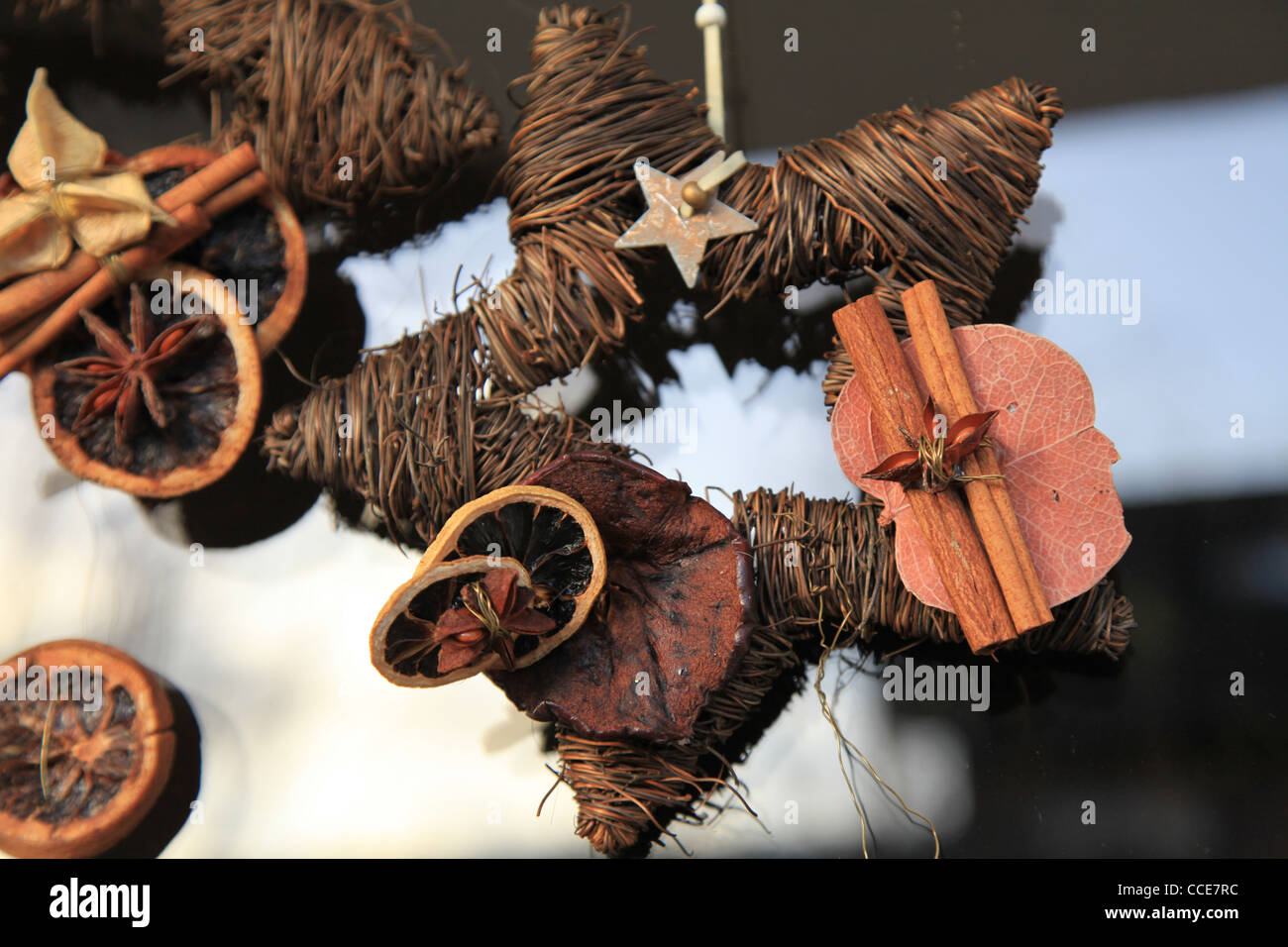 Weihnachtsstern, natürlich, Dekoration, filigran, braun, Trockenblumen,Sonne, hell, Stern, Deko, Türdekoration, - Stock Image