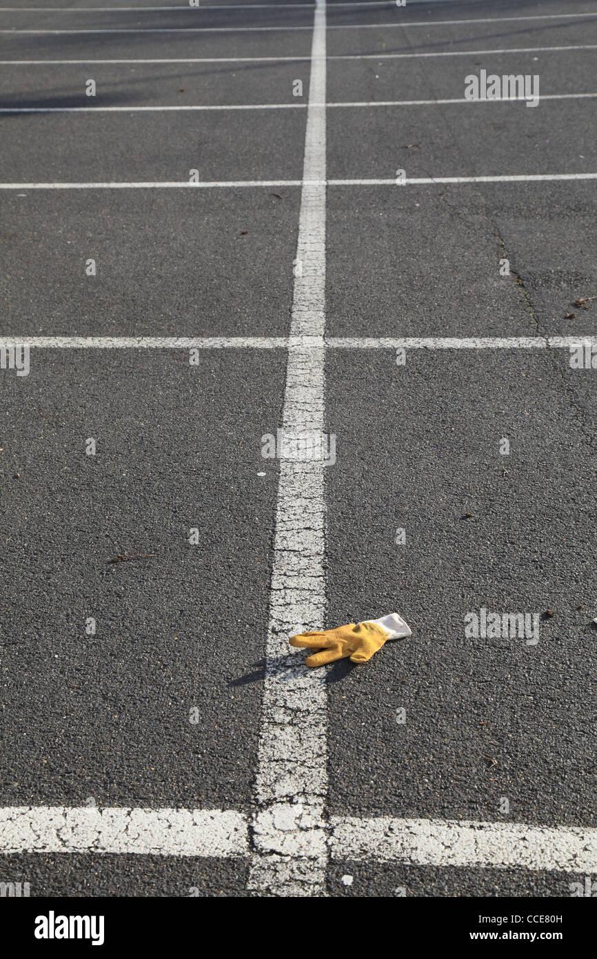 Stilleben,Stillleben,Arbeit,Arbeitshandschuh,Pflaster,Parkplatz,Markierungen,gelb,Linear,Linien,weiss,ipad,filigran,Detailliert - Stock Image