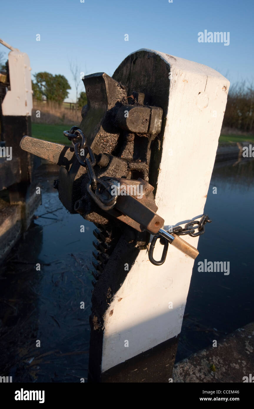 Padlocked paddlegear barring use of a lock to boaters on the Grand Union Canal - Stock Image