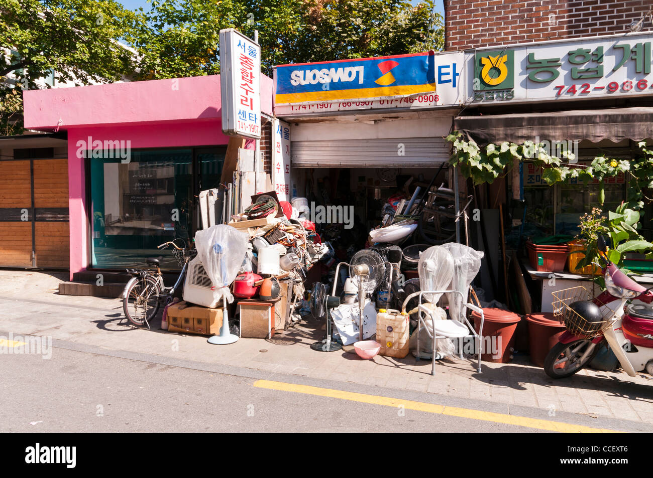 Recycling, Secondhand & Repair shop in Bukchon Hanok Village, Seoul, Korea - Stock Image