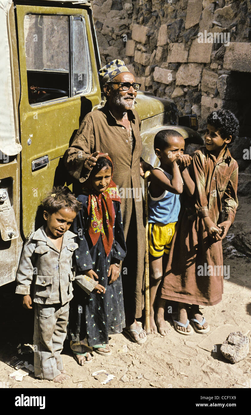Portrait of a Yemini man standing with four children in Marib Governorate, Yemen - Stock Image