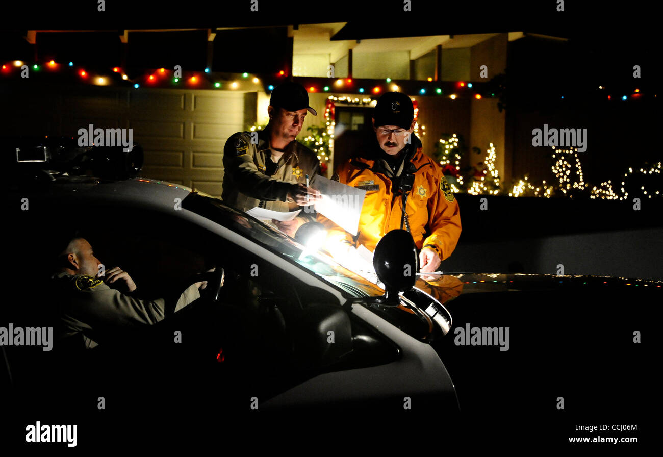 December 21,2010 -LaCanada Flintridge, California, USA.(L-R) Montrose search and rescue Jason Johnson and John Camphouse - Stock Image