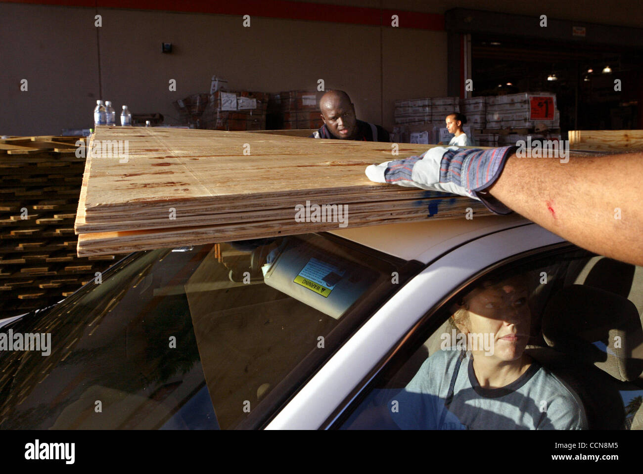 090104 Met West Palm Beach Plywood Is Loaded On Top Of The Car For