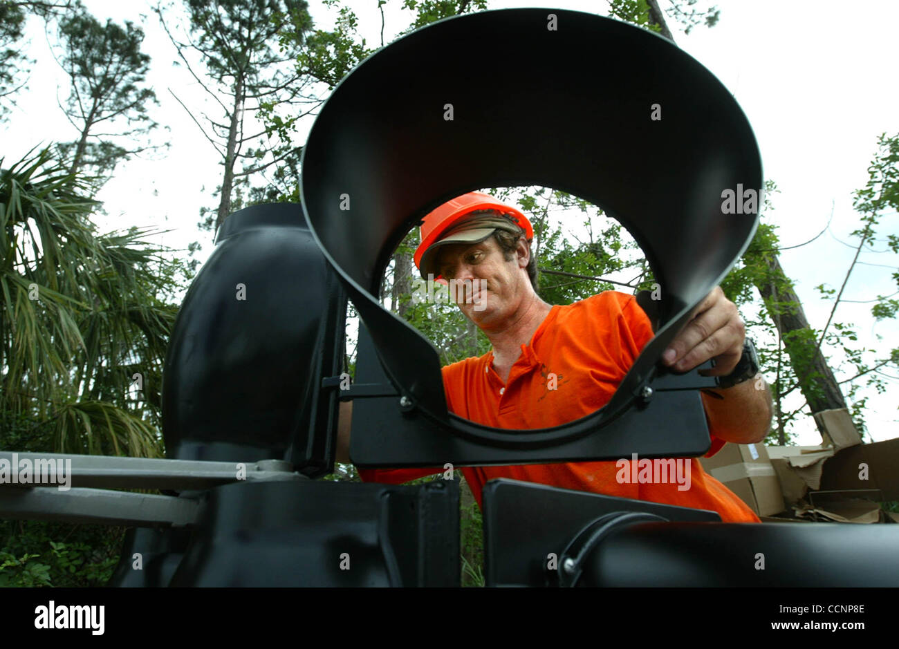 111704 TC MET Port St. Lucie...American Lighting & Signalization employee Phillip Perrier (cq) is framed by - Stock Image