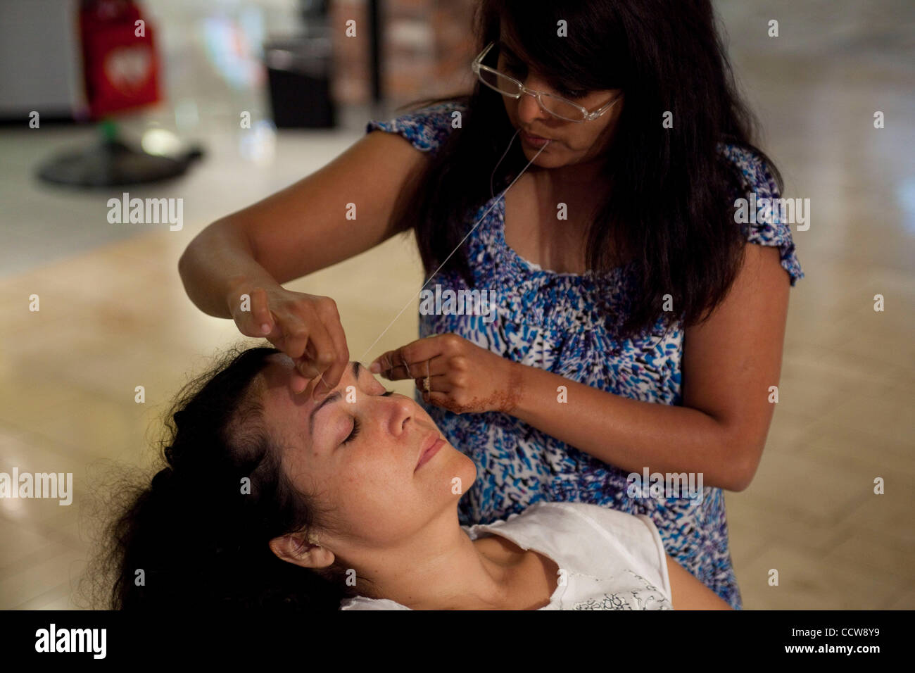 May 30, 2010 - Mission Viejo, California, U.S. - A customer has her eye brows threaded in Mission Viejo shopping - Stock Image