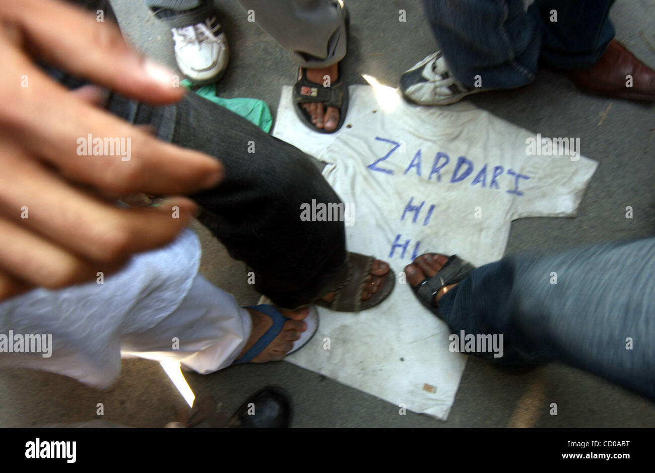 Kashmiri Muslim protestors use feet on shirt of a effigy made as  Pakistani President Asif Ali Zardari after his - Stock Image