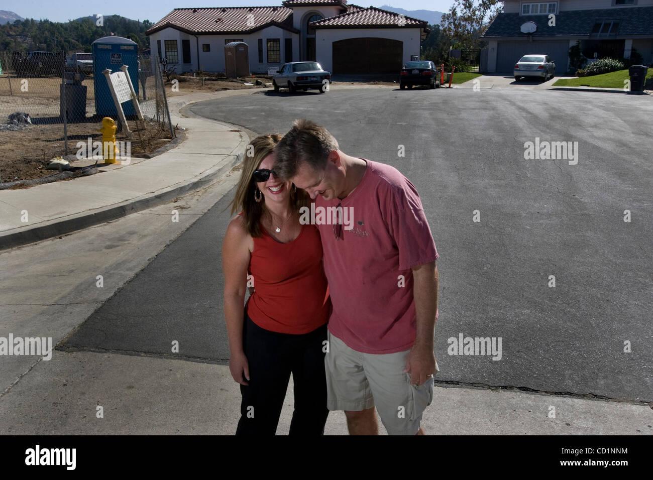 OCTOBER 18, 2008, SAN DIEGO, CALIFORNIA, USA ..................  LYNN GORDON and her husband CRAIG GORDON stand - Stock Image