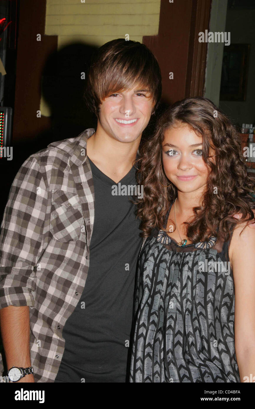 Max Ehrich Sarah Hyland Grand High Resolution Stock Photography and Images  - Alamy